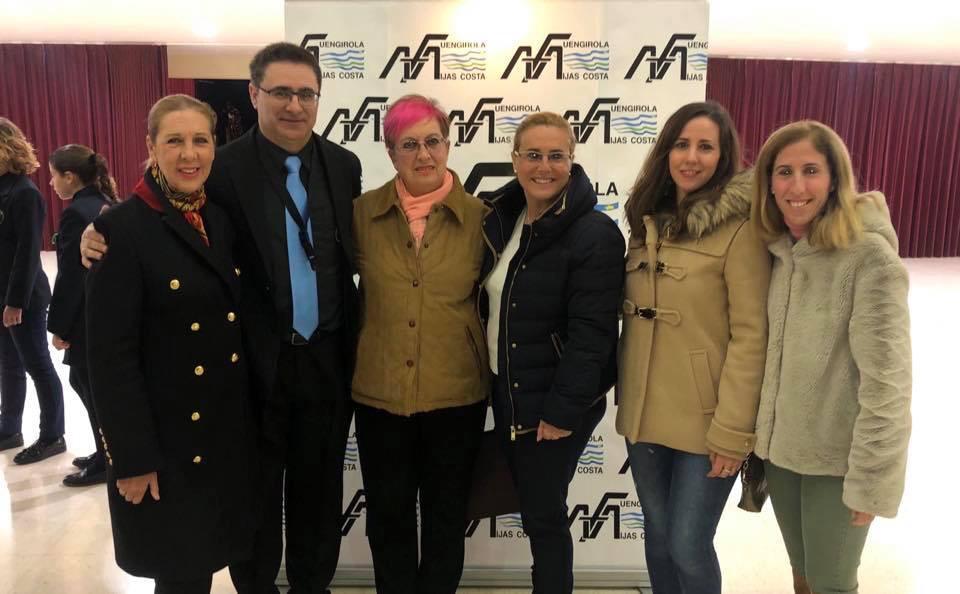 La alcadesa de Fuengirola, Dª Ana María Mula (en el centro), y las concejalas Dª María Jesús Pascual y Dª Carmen María Díaz con el presidente de AMA, D. Antonio Criado y representantes de AFA.